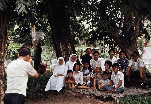Saigon 1972 - Photo by Bruno Barbey - Chụp hình kỷ niệm trong Sở Thú