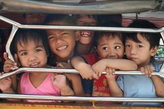 Photo d'enfants dans l'arrière d'une camionette