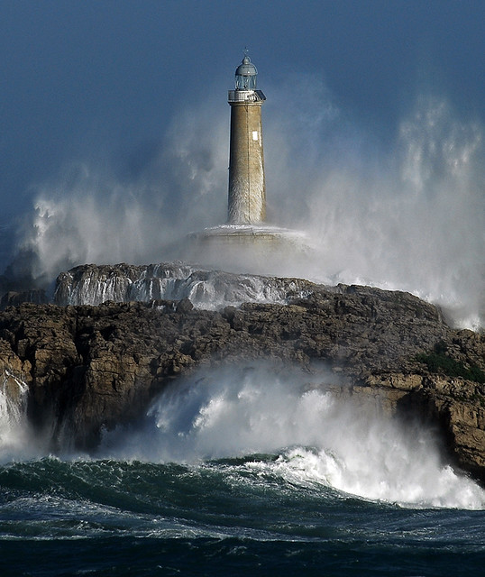lighthouse / the power of the storm IV / Foto: Rafael G. Riancho.Waves-Olas