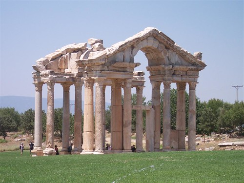El tetrapilón de Afrodisias, enorme portón construida como entrada ornamental durante el siglo I. Aphrodisias y la diosa griega del amor - 2512708853 6f62e499f3 - Aphrodisias y la diosa griega del amor
