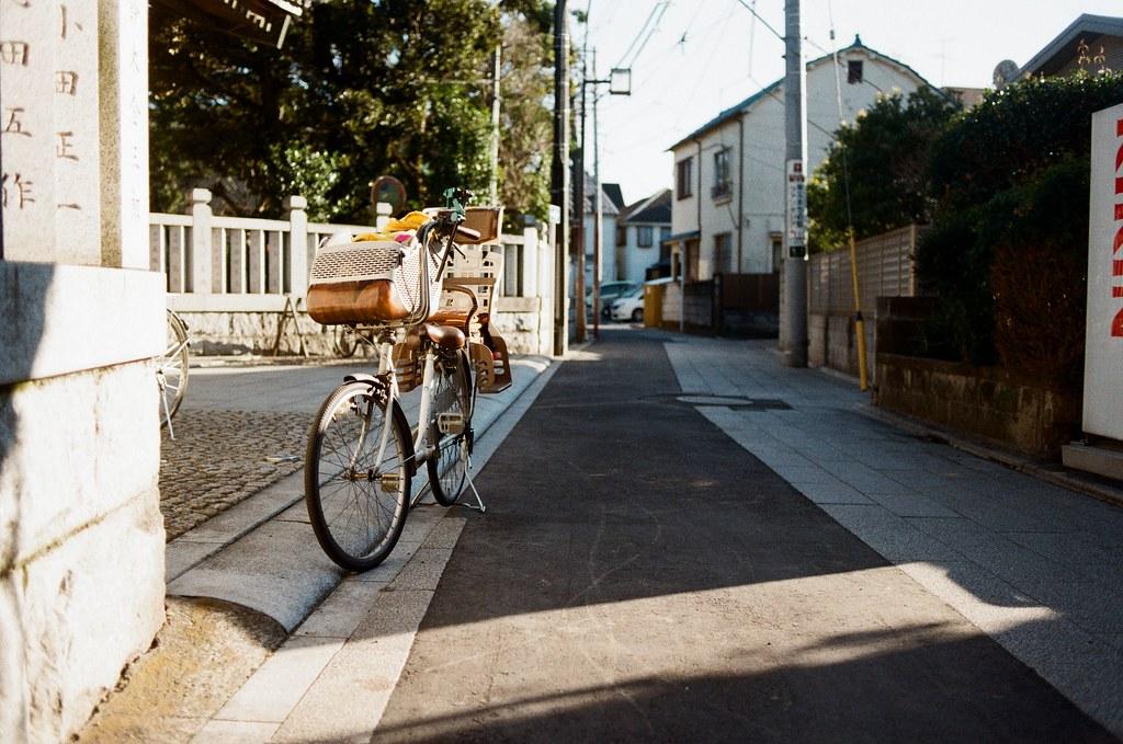 柴又 Tokyo, Japan / Kodak ColorPlus / Nikon FM2 這畫面讓我想到之前在福岡巷子裡穿梭時,看到腳踏車這樣停放著,不過不同的是這台看起來是親子車,應該就是帶小朋友進去裡面祈福吧!  Nikon FM2 Nikon AI AF Nikkor 35mm F/2D Kodak ColorPlus ISO200 0397-0035 2017-01-26 Photo by Toomore