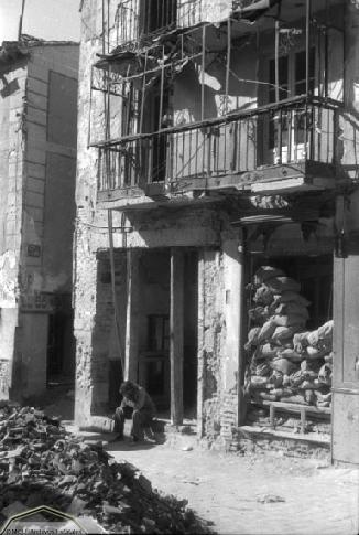Viviendas de la Plaza de la Magdalena destrozadas en Toledo en 1936. Foto Erich Andres. Ministerio de cultura. Centro Documental de la Memoria Histórica