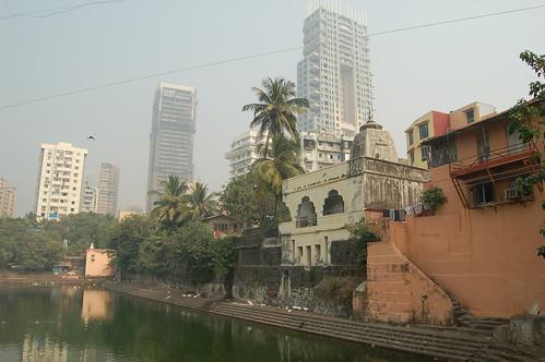 Der Bandanga Tank mit einem kleinen Tempel vor den Wohntürmen in Malabar Hill