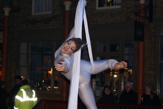 Acrobat, Christmas Covent Garden London England 211207 121