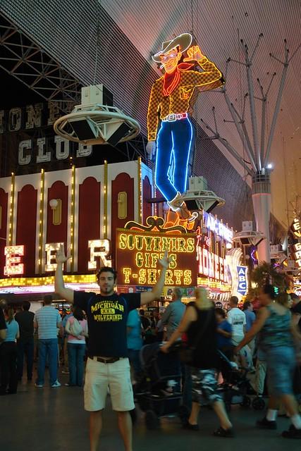 Freemont Street Qué ver y hacer en Las Vegas, curiosidades y lugares a NO perderse - 2527810539 be964d3593 z - Qué ver y hacer en Las Vegas, curiosidades y lugares a NO perderse