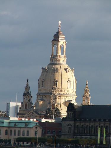 Die weißen Tauben im blauen Himmel fliegen von der Frauenkirche zr Yenidze und goldenem Mann 163