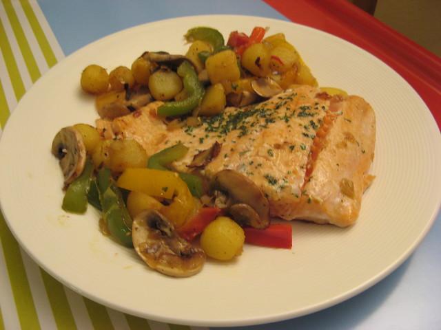 Salm n con guarnici n de pimientos patatas y champi ones - Salmon con champinones ...