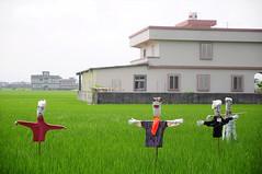 羅東交流道旁的稻草人群