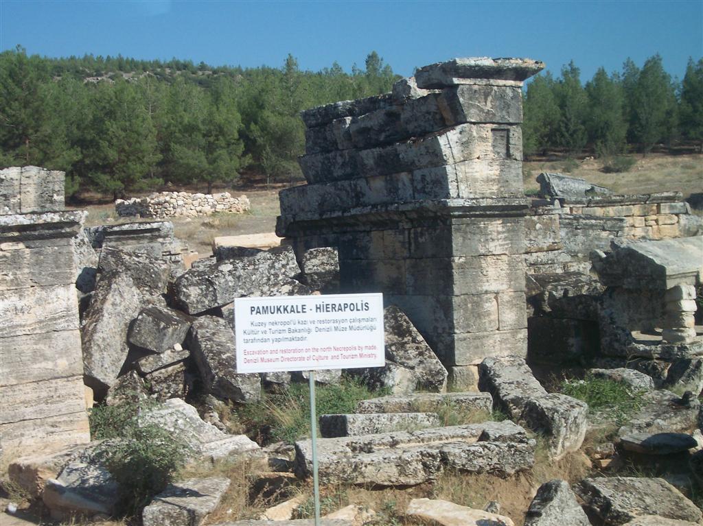Ruinas de Hireápolis junto al conjunto natural de Pamukkale Pamukkale, el Castillo de Algodón - 2512703531 21dc4e8937 o - Pamukkale, el Castillo de Algodón