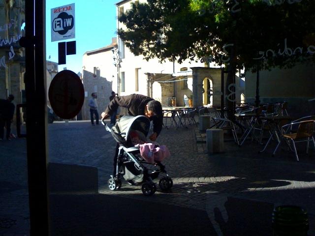 Dans Montpellier, au soleil sur une terasse