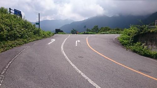 旧道風のなかなかキツい斜度の道を昇ると平湯峠。この峠が一番好きだという先輩もいらっしゃるみたい。同意はしかねるが、まぁ悪くはないかな