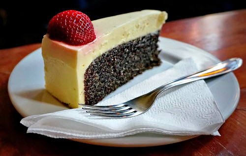 Poppyseed cake with mascarpone (lime and strawberry) topping