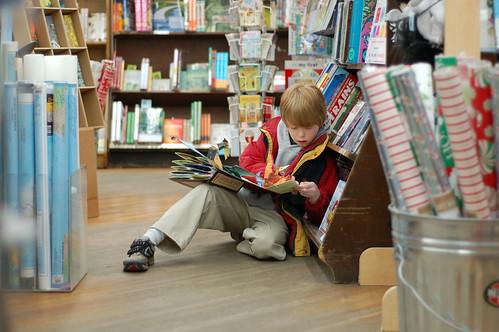 bambino che in libreria sfoglia un libro interattivo
