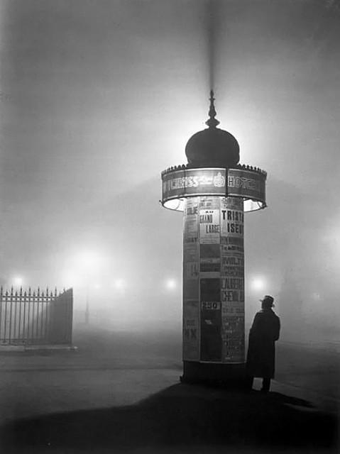 Une colonne Morris dans le brouillard, Avenue de l'Observatoire, 1934, by Brassaï