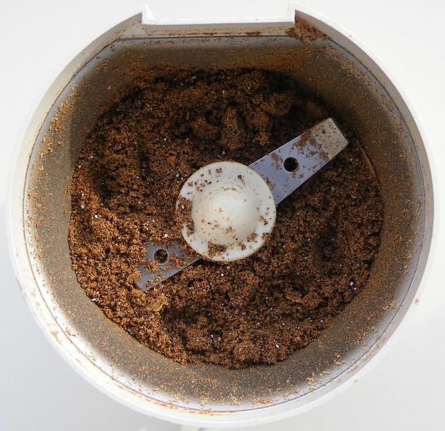 Specerijen malen in koffiemolen