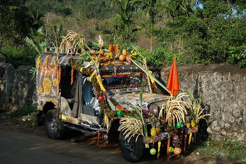 Ein Jeep ist mit Früchten und Fahne geschmückt um Pilger zum Sabarimala Tempel zu bringen