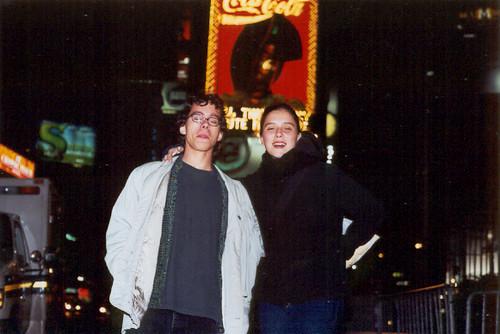 Frère et soeur à Time Square (by night)