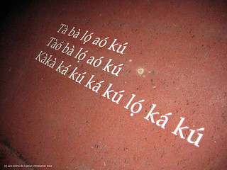 """Schriftzug auf dem Boden vor dem Kunstwerk """"Dream"""" von Romuald Hazoumé"""