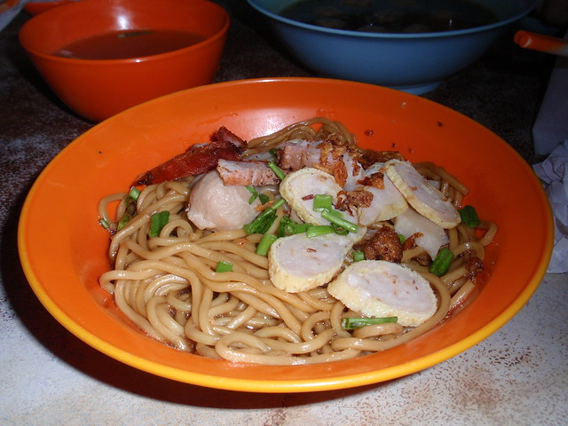 Konlau Mee (Non Halal) by CC user thienzieyung on Flickr
