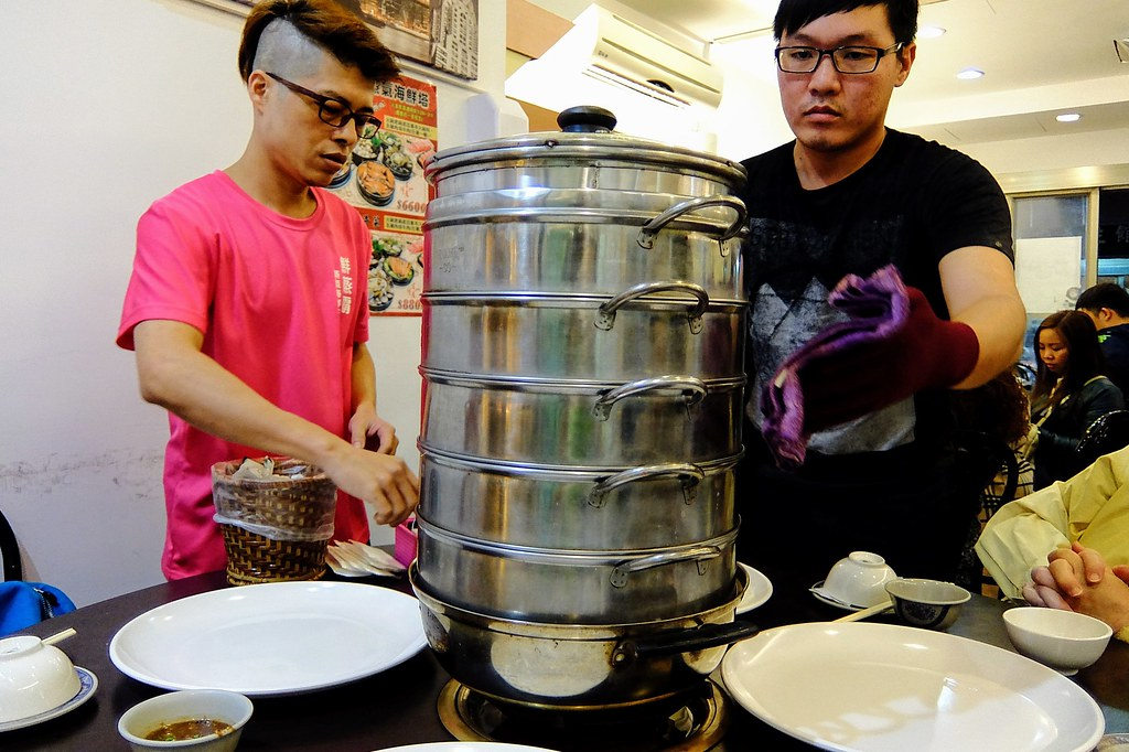 二人抬著鍋子來,上面有四層蒸鍋,底下則是火鍋....反正就是蒸著海鮮順便讓新鮮湯汁變成火鍋的調味...