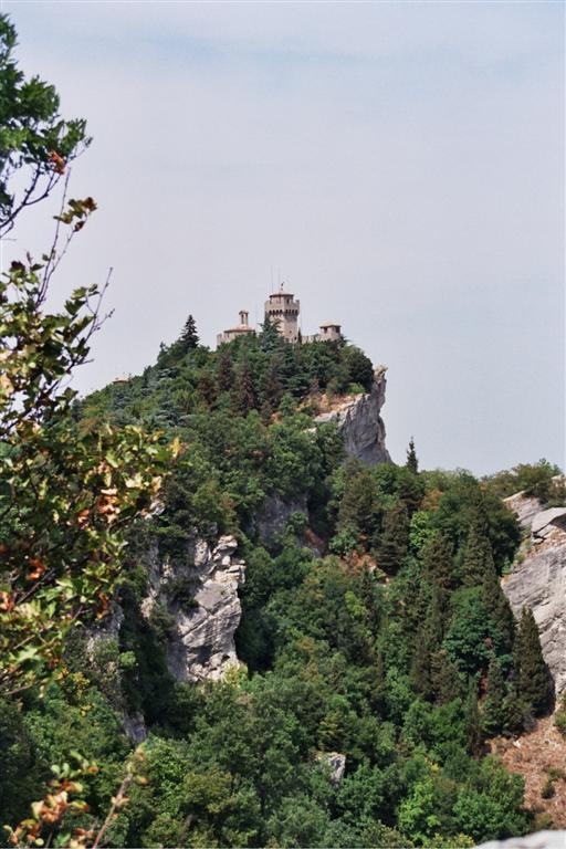 Castillo de La Cesta o Fratta, en lo alto del monte Titano en San Marino. El estado de conservación de este castillo es muy bueno, tras las obras de restauración que se realizaron en 1925. La fortaleza puede visitarse, previo pago de una entrada conjunta con la I Torre o Torre Guaita. san marino - 2513577306 fa60542e88 o - San Marino, pinceladas de un pequeño país