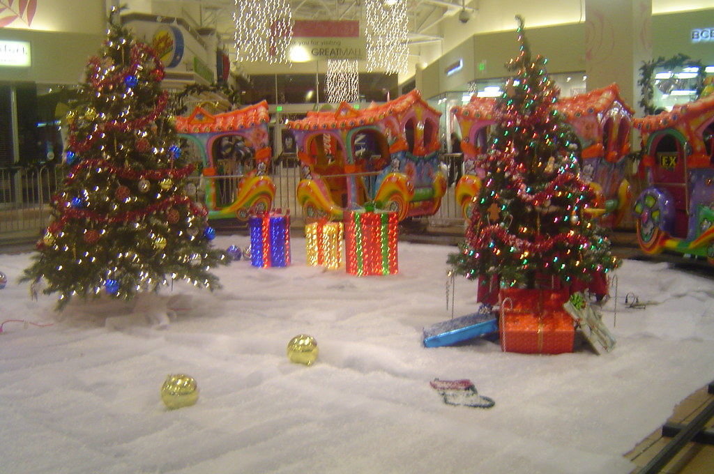Black Friday Christmas Decorations.Great Mall At Midnight On Black Friday Christmas Decoratio
