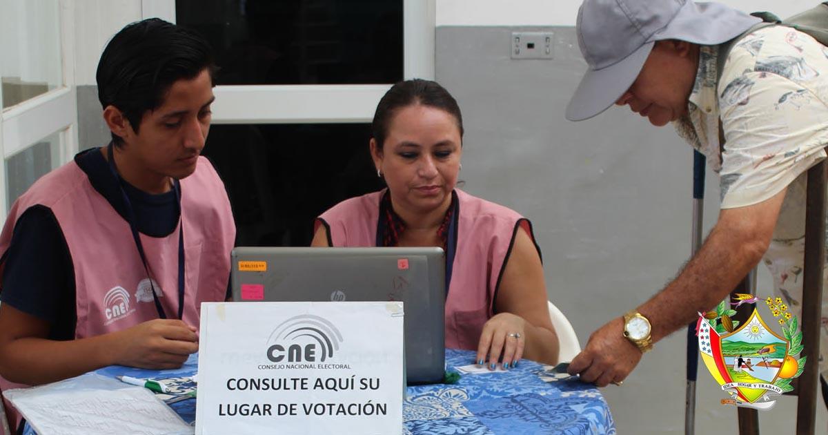 Mesa de información del CNE en el hall municipal de Chone