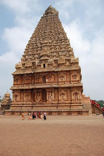 Vor dem Turm des Big Temple stehen einige Pilger, am Eingang rechts ist eine Schlange mit Pilgern