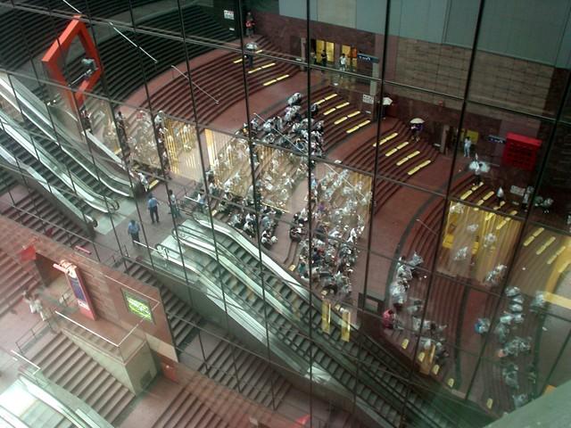 20070924 京都玩第二天 31 京都駅 大階段11F 空中径路 往外看伊勢丹鏡子牆反射