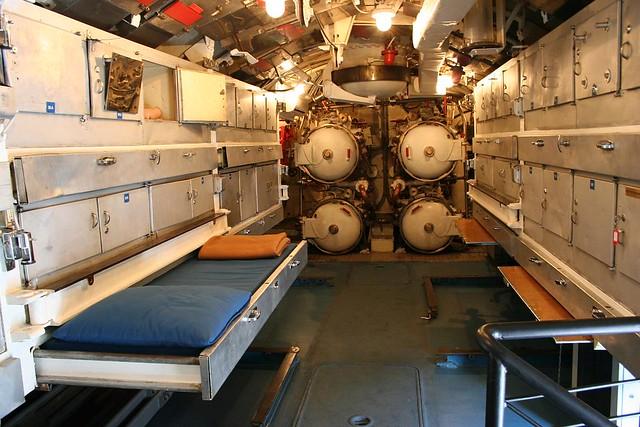 Camera dei siluri inside a submarine flickr photo for Interior submarino