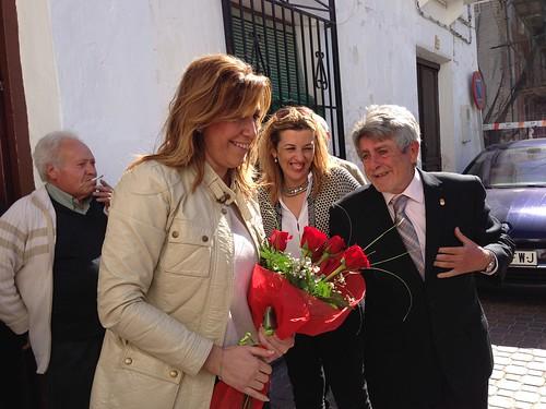 La Presidenta recibe un ramo de Rosas de una niña de Albanchez 02