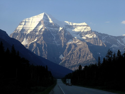ca street mountain canada nature public beautiful berg nationalpark jasper natur 2006 alberta amerika 06 amr mtrobson rating4 finepixs7000 strase meironke 200606canada