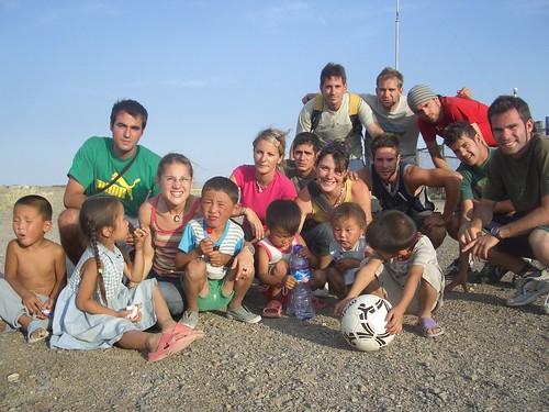 Foto con niños en el Desierto del Gobi (Mongolia)