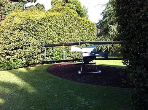 Avión de metal en el jardín del museo Evaristo Valle