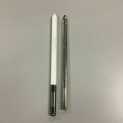 S Pen แท้ จะทำจากพลาสติก น้ำหนักเบา มีขนาดใหญ่กว่า แต่ S Pen ก็อปปี้ เป็นโลหะ เล็กกว่า และหนักกว่า
