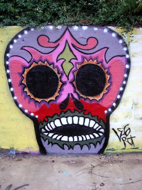 graffiti skull leg rot