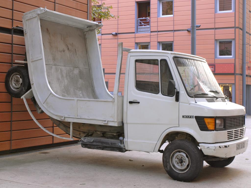 """""""Truck"""" d'Erwin Wurm au MAC, musée d'art contemporain de Lyon. Photo de Jean Pierre Dalbéra."""