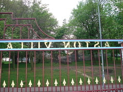 outdoor structure(0.0), fence(0.0), picket fence(0.0), handrail(0.0), gate(0.0), home fencing(1.0), baluster(1.0),