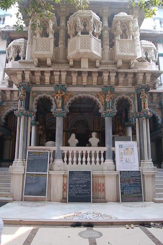 Am Eingang des Jain Tempel stehen Schilder, die die Besucher auf das richtige Verhalten hinweisen.