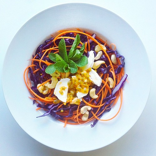 Exotic fruit week, passion fruit recipe (vegetarian): 2 passion fruits, 1 carrot, goat cheese, cashew nuts, mint, red cabbage. #salad  #vegetarian   #happydesksalad #desklunch #desk   #veg   #nutrition #nutritionist #notsdadesklunch #fit #fitness #cheese