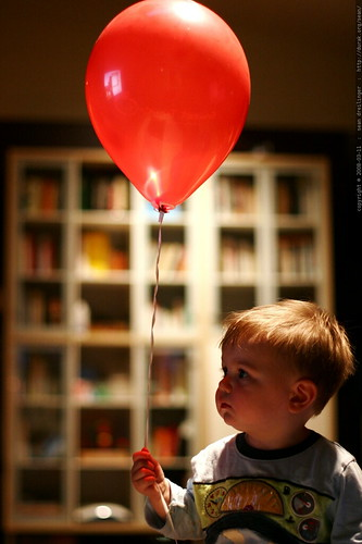 baby with red balloon in the living room    MG 0434