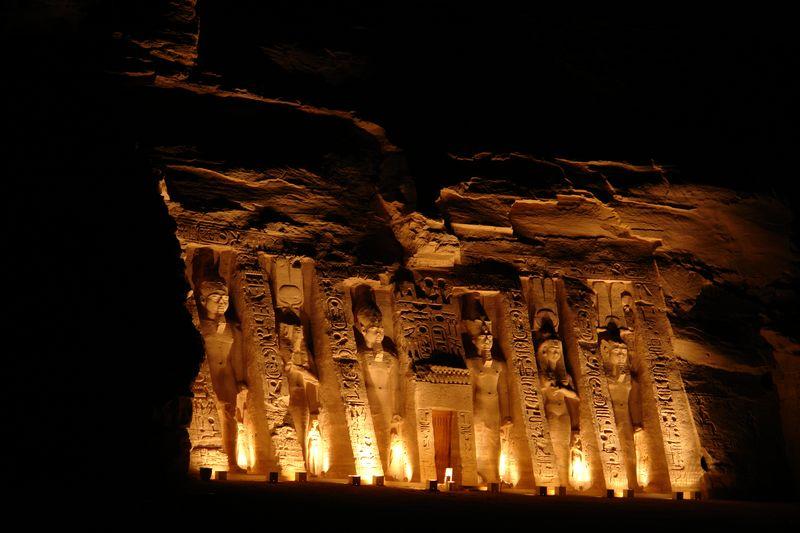 Fantástica iluminación nocturna del templo de Nefertari, la esposa y diosa de la belleza para Ramses II Abu Simbel, el templo de las dos vidas - 2473748777 98d4709ab0 o - Abu Simbel, el templo de las dos vidas