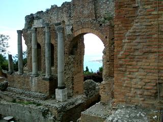 Greek theatre 在 Taormina 附近 的形象. ruins theater sicily taormina sicilia antiquity