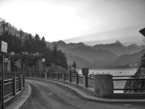 road street sunset blackandwhite bw italy mountains landscape strada tramonto dam natura sole sunrays montagna paesaggio biancoenero raggi diga barcis alpago