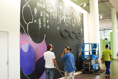 Começa o graffiti no mural do stand da CCE INFO
