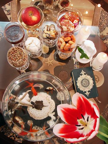 """The """"Haft Sin"""" (7S) - Traditionell persisk Nouruz-bord med sju saker som börjar med 's'"""