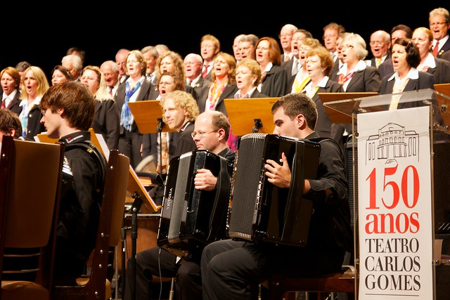 Momentaufnahme des LJAO Bayern mit dem Orchester im Verdergrund und dem Chor im Hintergrund (Teatro Carlos Gomes in Blumenau/Brasilien)