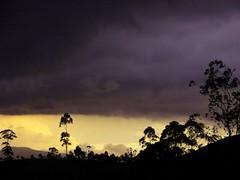 Dunkle Gewitterwolken überm Abendhimmel