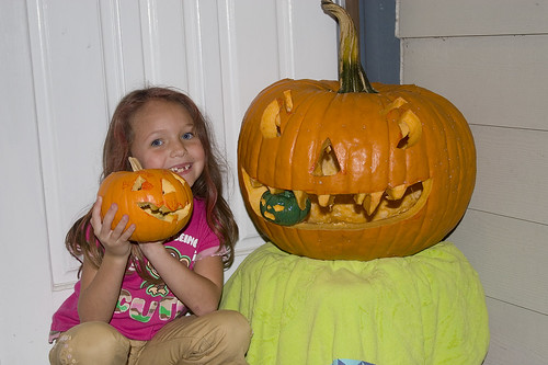 Kiara with the pumpkins 7544
