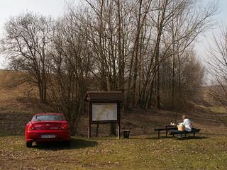 Der gebührenfreie Parkplatz mit Wanderkarte und Waldmöbeln nahe der Märzenbecherwiese im Polenztal